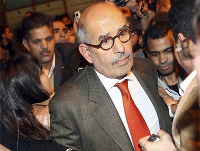 Mohamed ElBaradei, recibido por numerosos periodistas a su llegada a El Cairo. KHALED EL FIQI (EFE)