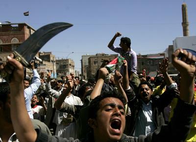 Partidarios del Gobierno acudieron ayer a enfrentarse a los opositores. REUTERS