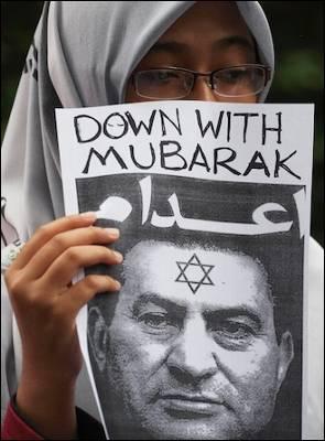 Las manifestaciones contra Mubarak se suceden entre las comunidades musulmanas. Imagen tomada este lunes en una protesta en Malasia. Reuters/STRINGER