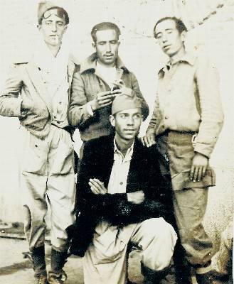 Miguel Hernández, junto a otros milicianos, en 1937.