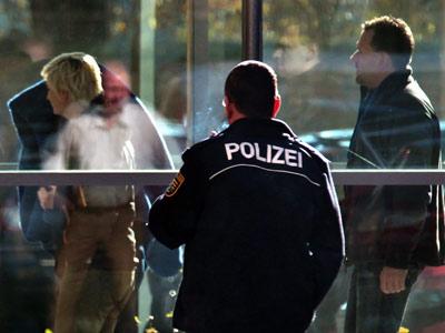 La Policía lleva detenida a la ultra Beate Zschäpe, que se esconde bajo una manta. afp