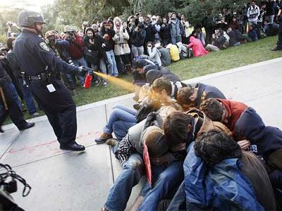 Momento en que el agente rocía a los manifestantes - AP