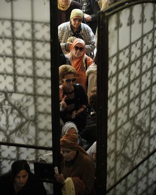 Mujeres cairotas hacían cola, ayer, para votar. ap