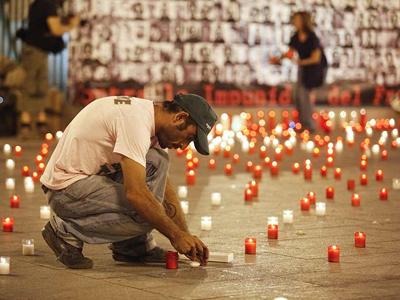 La Plataforma Contra la Impunidad del Franquismo llenó de velas la Puerta del Sol en junio de 2010 en homenaje a los desaparecidos por la dictadura./PÚBLICO