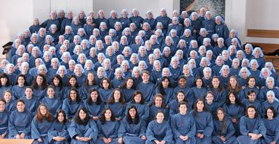 Las monjas de Iesu Communio con su hábito de tela vaquera rompedor con su pasado franciscano.