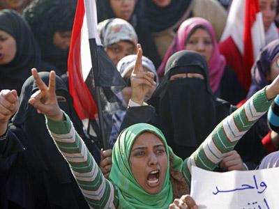 Mujeres egipcias protesta contra el desalojo de la plaza Tahrir, ayer.Hussein Malla / ap