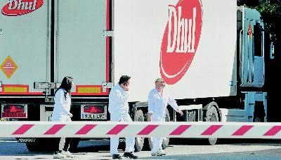 Trabajadores de la fábrica de Dhul, en Granada, acudían el viernes a trabajar tras el anuncio del preconcurso de acreedores.