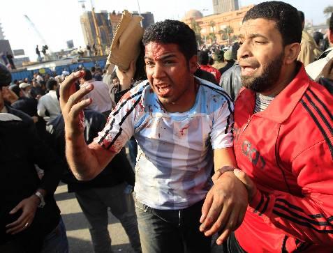 Un manifestante herido durante los enfrentamientos entre seguidores y detractores del presidente egipcio, Hosni Mubarak. La plaza Tahrir, epicentro de la revuelta popular de Egipto, es escenario hoy de choques entre partidarios del régimen y de la oposición. REUTERS / Goran Tomasevic