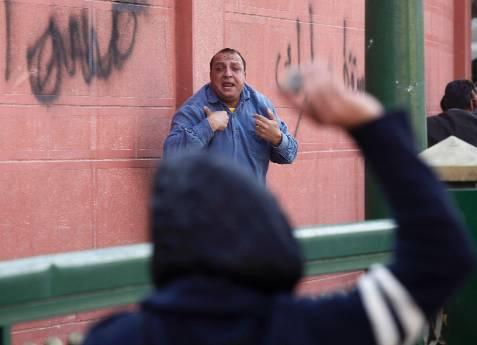 Tirar la primera piedra. REUTERS/Goran Tomasevic