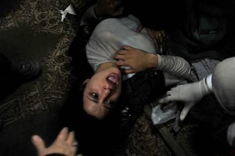 Una mujer herida recibe asistencia médica en un improvisado centro de asistencia, en la plaza Tahrir. EFE/Andre Liohn