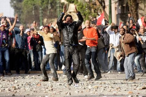 Manifestantes lanzan piedras durante los enfrentamientos entre partidarios y detractores del presidente egipcio. EFE/FELIPE TRUEBA