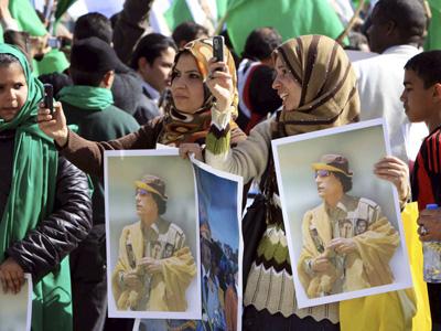 Simpatizantes del Gobierno libio muestran retratos del líder libio, Muamar el Gadafi, durante una manifestación convocada en Trípoli (Libia).