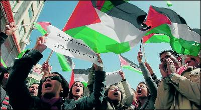 Palestinos enarbolan su bandera, ayer, en las calles de Ramala.