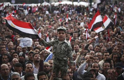 Cientos de miles de egipcios vuelven a llenar ayer la plaza Tahrir en el centro de El Cairo para exigir la salida del presidente.