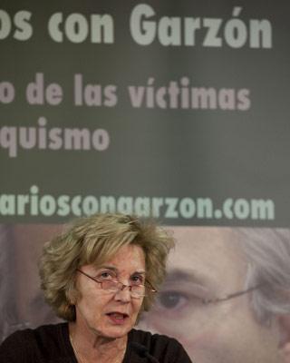 La actriz Marisa Paredes lee el comunicado.