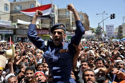 Un soldado es llevado a hombros en Saná por los manifestantes contra el régimen de Saleh. - EFE