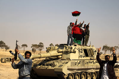 Vrios rebeldes celebran el avance sobre Ajdabiya.- AFP PHOTO / PATRICK BAZ