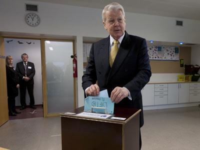 El presidente islandés Ólafur Ragnar Grímsson introduce su voto en la urna para el referéndum celebrado ayer en el país.