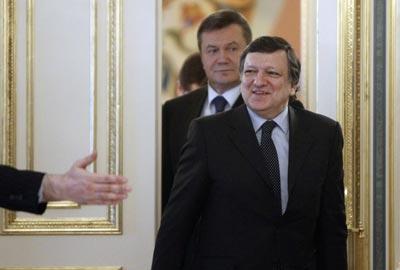 Barroso, seguido de Yanukovich, en Kiev. -