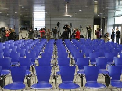 Una sala de prensa sin periodistas.-