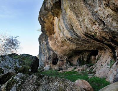 Una senda señalizada y con paneles interpretativos lleva hasta la cueva / EFE.