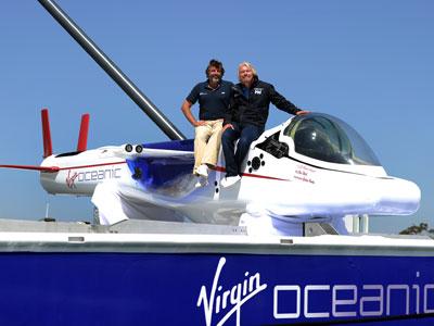 Chris Welsh (izquierda) y Richard Branson presentan su submarino. AFP