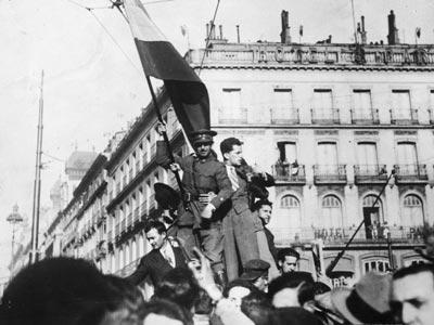 Partidarios de la República con la bandera tricolor en la Puerta del Sol de Madrid en 1931.-