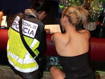Agentes de la Policía registran un club de alterne de Zaragoza en una operación contra la trata del pasado abril.