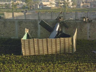 Restos del helicóptero militar estadounidense que se estrelló a las afueras del complejo de Bin Laden. EFE