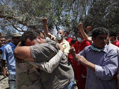 Familiares de las víctimas del bombardeo en Surman. Ahmed Jadallah / reuters