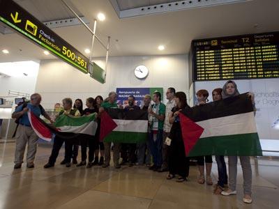 Varios de los activistas, ayer, en Barajas.-