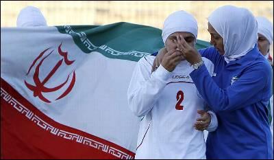 Una jugadora del equipo femenino de fútbol de Irán llora en el campo. REUTERS / ALI JAREKJI