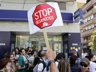 Imagen de una de las concentraciones para evitar un desahucio de un matrimonio y su hija en Tetuán (Madrid).-