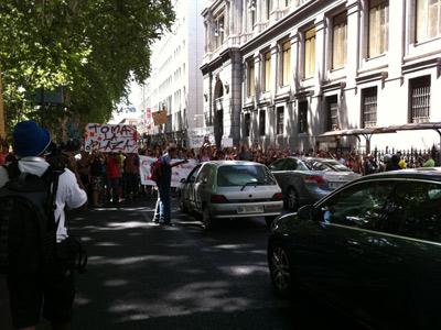 Los indignados cortan el tráfico de la calle para protestar. Vía @patrihorrillo