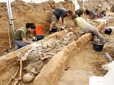 Excavación, ayer, en la fosa común que los falangistas utilizaron en 1936 para sus asesinatos en Gumiel de Izán (Burgos). MÓNICA PATXOT