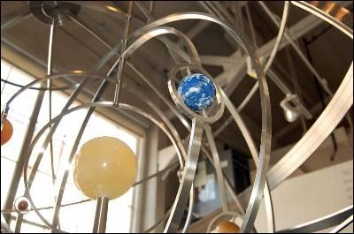 Un modelo del planetario que llevará el futuro reloj.