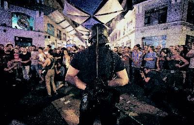 Un policía vigila a decenas de manifestantes en la Puerta del Sol, durante una protesta reciente. afp