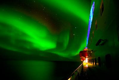 Contemplar las auroras boreales es emprender uno de los viajes por mar más bellos del mundo.
