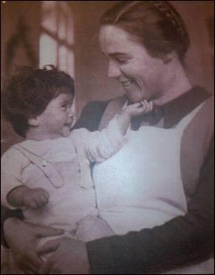 Elisabeth sostiene en brazos a un niño nacido en la maternidad. Imagen cedida por la asociación 'També hi son'.