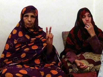 Mainmnin Laaroussi, madre de uno de los 24 presos políticos saharauis en Salé, representa con los dedos el símbolo de la victoria.