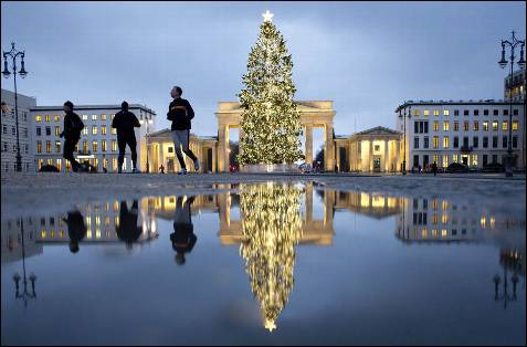 Arbol de Navidad frente a la Puerta de Brandemburgo, en Berlín.