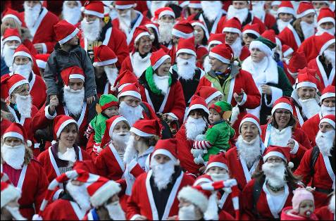 Vista de los competidores en la carrera anual 'Gran Santa' en los terrenos de West Princes Street Gardens, en Edimburgo.