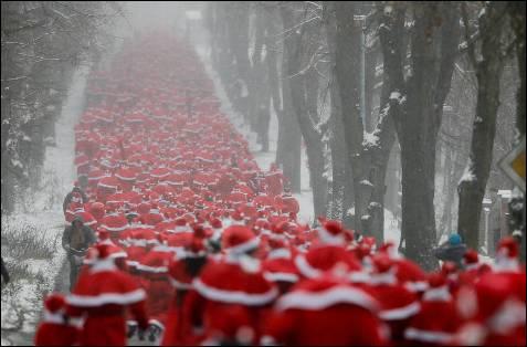 Cerca de un millar de personas han participado en la llamada 'Run Nikolaus' en la ciudad oriental alemana de Michendorf cerca de  Berlín