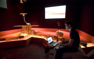 Un ingeniero programa un prototipo del 'ExoMars'.-