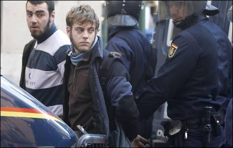 La policía se lleva detenidos a dos manifestantes.