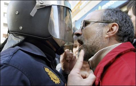 Un viandante se encara con un policía.