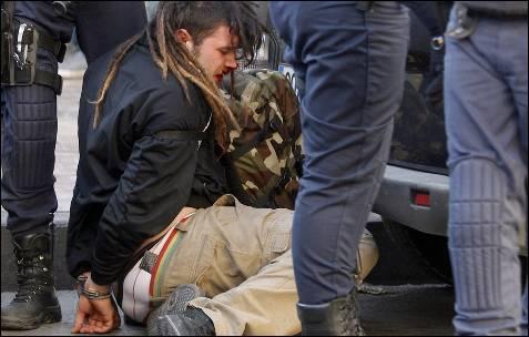 Un estudiante ensangrentado, es esposado y rodeado por agentes antidisturbios.