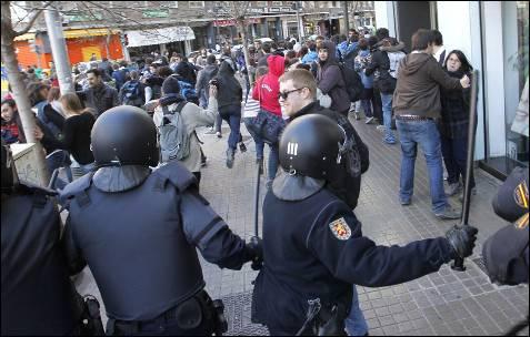 La Policía se dispone a cargar contra un grupo de manifestantes.