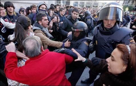Un grupo de viandantes se enfrenta a los agentes antidisturbios.