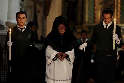Un sacerdote participa en una ceremonia en la catedral de Quito. EFE